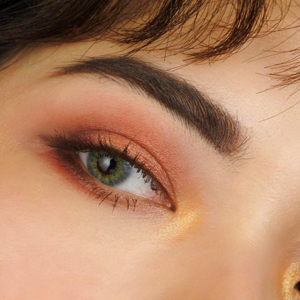 橘黃色或亮色眼影打亮眼頭