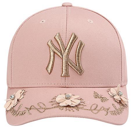 裸色皮革手工拼貼花瓣暨玫瑰金絲線刺繡MLB洋基帽 定價$1,490