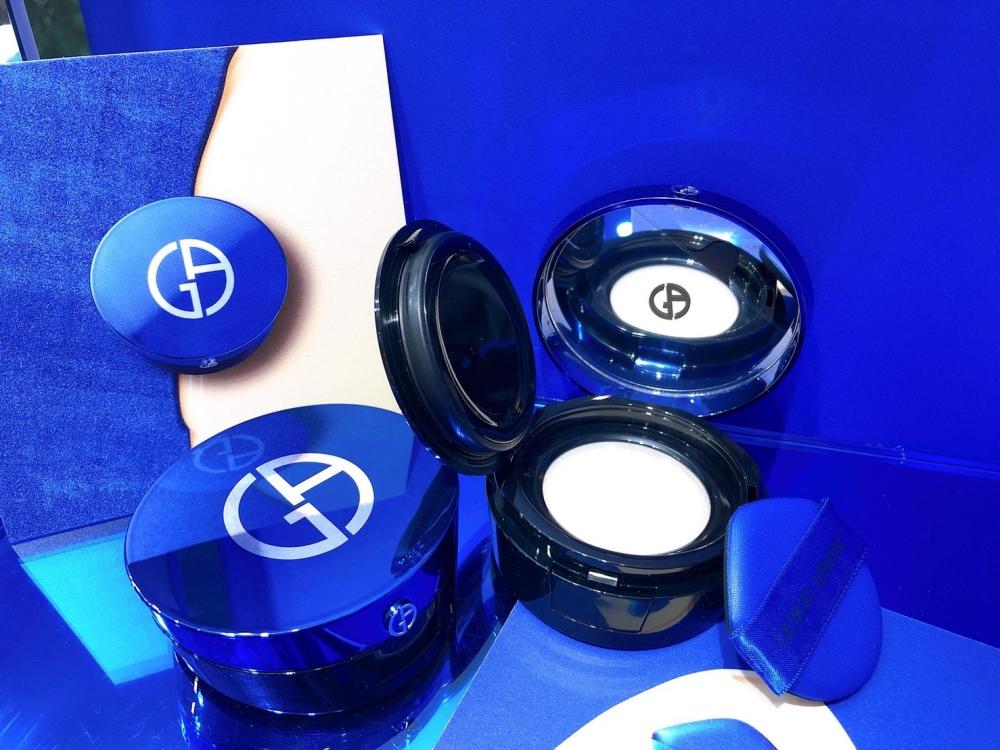 Giorgio Armani【設計師全能氣墊水粉霜】SPF50 /PA+++ 14g/ NT$2,750 亞曼尼極光藍氣墊