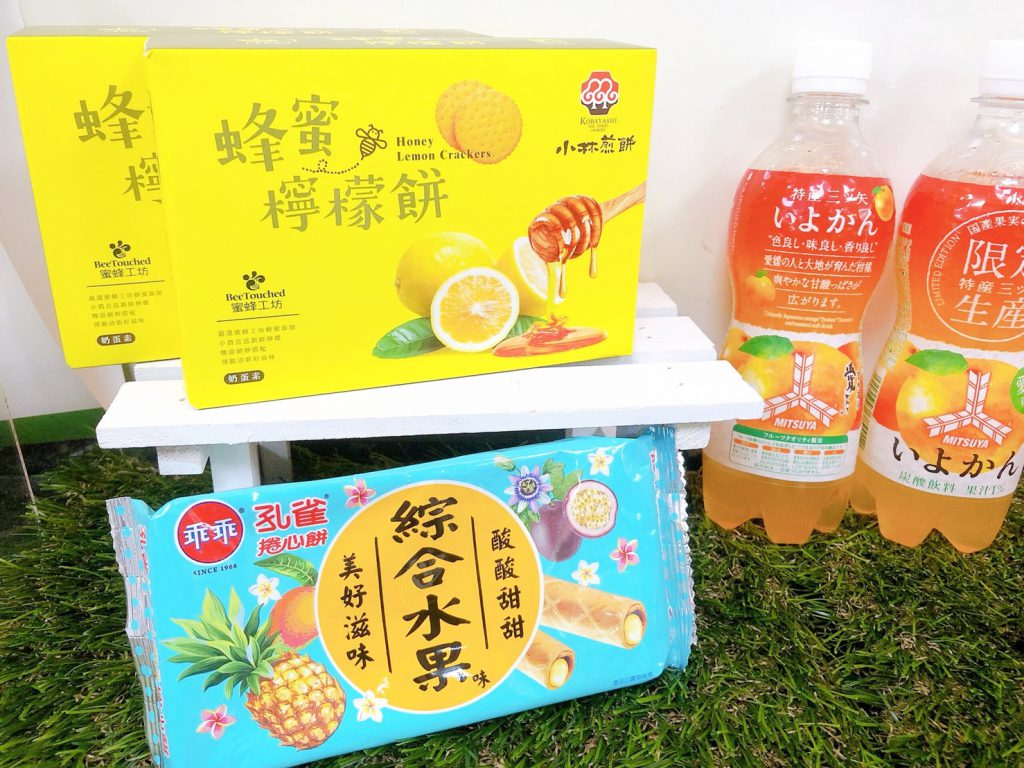 蜂蜜檸檬餅 NT$39、孔雀綜合水果捲心餅 NT$32(第二件6折)